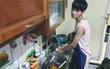 """Hình ảnh rửa bát đáng yêu của Cao Bá Hưng - quán quân Sing My Song khiến fan nữ """"đổ ầm ầm"""""""