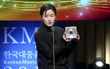 Clip: Nghệ sỹ Hàn bán cúp ngay khi vừa nhận trên sân khấu để trả tiền thuê nhà