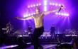 Tự tử đúng 1 tuần trước tour diễn, đây là sân khấu cuối cùng của Chester bên Linkin Park