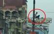 Hà Nội: Nam thanh niên nghi ngáo đá cố thủ trên cột điện ở đường Giải Phóng
