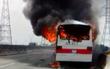 Xe khách cháy rụi trên cao tốc TP.HCM – Trung Lương, tài xế đạp cửa thoát thân