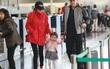 Dương Mịch lần đầu được ông xã Lưu Khải Uy và con gái tiễn tận sân bay