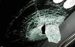 Cả gia đình hoảng sợ vì bị ném vỡ kính xe trên cao tốc Hà Nội - Thái Nguyên