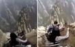 Thót tim khoảnh khắc người leo phải nhích từng bước trên vách núi cao dốc 90 độ