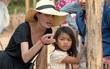 """Angelina Jolie bị chỉ trích """"tàn nhẫn"""" vì cách tuyển diễn viên nhí có hoàn cảnh nghèo ở Campuchia"""