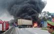 Xe khách giường nằm cháy dữ dội sau va chạm với xe đầu kéo, hành khách hốt hoảng tháo chạy
