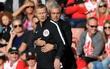 Mourinho không hiểu vì sao bị trọng tài đuổi lên khán đài