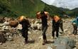 Tình người trong lũ dữ Mù Cang Chải: Chiến sĩ ăn mì tôm sống, vác gạo vượt hàng chục km đường rừng giúp đỡ bà con