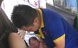 Nghệ An: Chồng đỡ đẻ cho vợ ngay trên taxi khi đang đến bệnh viện