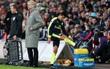 Alexis Sanchez không thèm bắt tay thầy, đá tung găng khi bị thay ra