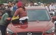 Clip: Vợ ngồi lên nóc capo đánh ghen, bồ trẻ của chồng liên tục xin lỗi