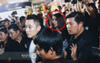 Hết hồn, đang xuýt xoa xem ảnh So Ji Sub ở Việt Nam, bỗng nhìn thấy cả Park Bom đứng bên cạnh luôn!