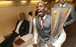 Dàn sao Man Utd tưng bừng khoe Cúp trên máy bay riêng