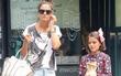 Suri Cruise cài nơ nữ tính, xách túi hàng hiệu đắt tiền đi mua sắm