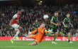 Theo Walcott giúp Arsenal vất vả vượt qua đội bóng hạng 3