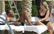 Huyền thoại Man Utd say đắm bên tình trẻ nóng bỏng ở bể bơi