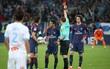 Neymar nhận thẻ đỏ, được cảnh sát bảo vệ lúc đá phạt góc