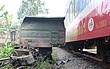Xe tải nát bét sau khi bị tàu lửa kéo lê hơn 100 mét ở Quảng Nam