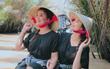 Cùng diện áo bà ba ngồi trên thuyền, Phạm Hương và Hoa hậu Dominican ai tỏa sáng hơn?