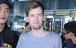 """DJ """"Faded"""" Alan Walker cởi bỏ mặt nạ trong dịp hiếm hoi khi xuất hiện tại sân bay Nội Bài"""