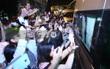 Fan Việt cuồng nhiệt đập vào cửa kính xe đón WANNA ONE, bị ngã xe khi bám theo thần tượng