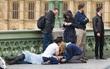 Sự tàn bạo chỉ khiến lòng tốt thêm tỏa sáng: Khi những người xa lạ bất chấp nguy hiểm để ở bên nhau trong vụ khủng bố Anh
