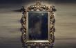 Chỉ người thần thông quảng đại mới có thể nhìn thấy bóng ma nấp trong chiếc gương quỷ ám