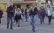 Gái xinh lượn phố chỉ mặc quần lọt khe nhưng ai cũng nghĩ đang mặc jeans rách