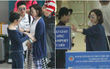 Xa Thi Mạn thân thiện vẫy tay chào fan Việt trước khi về nước