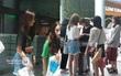 Clip: TWICE thả dáng xinh, tươi rói giữa đám đông fan Việt gây hỗn loạn sân bay Đà Nẵng