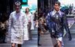 """Để nguyên dàn mẫu """"giấu quần"""" trên phố đi bộ, NTK Hà Nhật Tiến lại đẩy lùi giới hạn thời trang nam"""