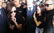 Jessica vẫn cực sang chảnh, cố chào fan trong đám đông hỗn loạn tại sân bay Tân Sơn Nhất