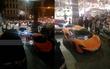 """Không khí đang """"nóng cực độ"""" với dàn siêu xe trực chờ bên ngoài quán bar nơi Seungri hội ngộ G-Dragon!"""