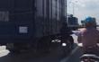 Clip: Ngại nắng nóng, người đàn ông liều mình chạy xe máy sát xe tải cho mát