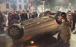 """Hà Nội: Sau va chạm với xe máy, ô tô 4 chỗ phơi bụng tại """"vỉa cảm tử"""", 2 thanh niên nhập viện"""