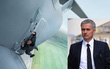 """Biếm họa: """"Mourinho bám cửa máy bay, đóng phim nhiệm vụ bất khả thi 6"""""""