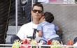 Con trai Ronaldo tái hiện tuyệt kỹ sút phạt của cha