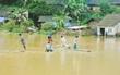 Lào Cai: Mưa lớn cô lập hoàn toàn 150 hộ ở Mường Khương, người dân chế bè vượt lũ