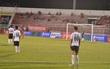 Thủ môn Long An quay lưng không thèm bắt penalty để phản đối trọng tài