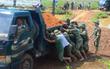 Chùm ảnh: Tin bão vào Thanh Hóa, hàng trăm chiến sĩ bộ đội cùng người dân chung tay đắp đê chống ngập