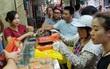 Người Hà Nội kiên nhẫn xếp hàng chờ mua bánh trung thu Bảo Phương cúng ngày đầu tháng