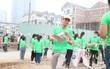 """Thạc sĩ """"bốc rác"""" với dự án """"Chủ nhật xanh"""" kêu gọi mọi người chung tay bảo vệ môi trường"""