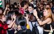 """Clip: Noo Phước Thịnh kẹt cứng, cố gắng thoát khỏi """"biển"""" fan sau buổi diễn tại Nhật Bản"""