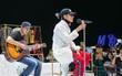 """Sơn Tùng mang """"căn phòng truyền cảm hứng"""" của mình chiêu đãi 300 fan trong buổi họp fan cuối năm"""