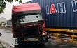 Container nát bét đầu sau va chạm kinh hoàng với xe tải đỗ bên đường