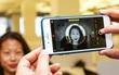 Rộ lên trào lưu khoe iPhone 8 Plus với kiểu ảnh chụp nền đen cực ngầu tại Việt Nam