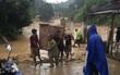 Nghệ An: Lũ quét bất ngờ tràn về, người dân hoảng loạn bỏ nhà lên núi