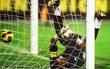 """Top 5 khoảnh khắc """"ăn hại"""" nhất của các thủ môn trong năm 2016"""