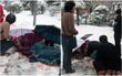 Ấm áp giữa ngày giá lạnh: Người đi đường sẵn sàng cởi áo sưởi ấm cho bà cụ ngã giữa nền tuyết