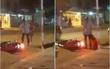 Clip: Cô gái trẻ gào khóc, quỳ xuống van xin vì bị người yêu chửi mắng giữa đường phố